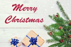 Joyeux Noël Cadeaux de branche d'arbre de Noël sur le fond en bois photo stock