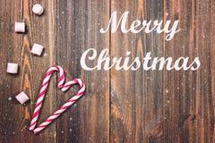 Joyeux Noël Cannes de sucrerie de Noël sous forme de coeur sur une table en bois brune Copiez l'espace L'espace vide à la droite  images libres de droits