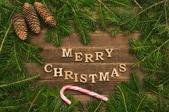 Joyeux Noël d'inscription sur un fond en bois Vue de sapin image stock