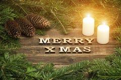 Joyeux Noël d'inscription sur un fond en bois Vue de son de sapin photos stock