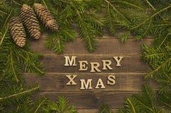 Joyeux Noël d'inscription sur un fond en bois Vue de son de sapin images stock
