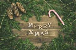 Joyeux Noël d'inscription sur un fond en bois Vue de son de sapin photos libres de droits