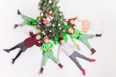 Joyeux Noël 2016 ! Enfants heureux célébrant Noël Photos libres de droits