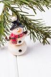 Joyeux Noël et bonne année Branche bonhomme de neige et d'arbre drôles de Noël sur le fond blanc L'espace libre Photo libre de droits