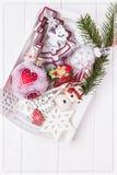 Joyeux Noël et bonne année Branches d'arbre de Noël et ornements de Noël dans le plateau blanc sur un fond blanc vue supérieure, Photographie stock libre de droits