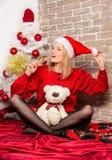 Joyeux Noël et bonne année Fille heureuse dans le chapeau du père noël Cadeaux de Noël de la livraison Partie de nouvelle année S image stock