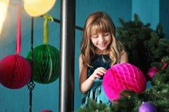 Joyeux Noël Fille assez jeune près d'arbre de Noël Image stock