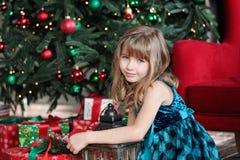 Joyeux Noël Fille assez jeune près d'arbre de Noël Photos libres de droits
