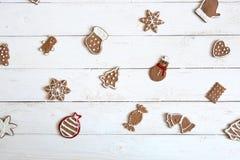 Joyeux Noël ! Fond d'hiver ou de Noël avec le biscuit de pain d'épice décoré du glaçage royal sur la table en bois Beau gree image libre de droits