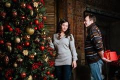 Joyeux Noël Jeunes couples célébrant Noël à la maison Photo stock