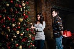 Joyeux Noël Jeunes couples célébrant Noël à la maison Photographie stock