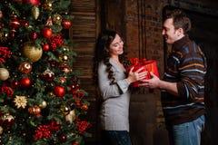 Joyeux Noël Jeunes couples célébrant Noël à la maison Images libres de droits
