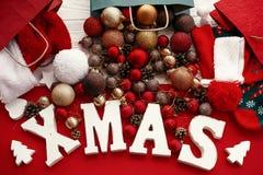 Joyeux Noël Mot de Noël avec le rouge et babioles d'or du sac, s image libre de droits