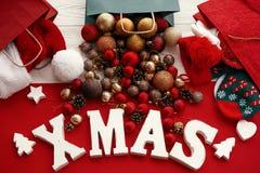 Joyeux Noël Mot de Noël avec le rouge et babioles d'or du sac, s photographie stock libre de droits