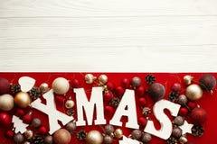 Joyeux Noël Mot en bois de Noël avec le rouge et l'orna de babioles d'or photographie stock libre de droits