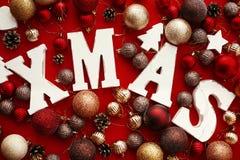 Joyeux Noël Mot en bois de Noël avec le rouge et l'orna de babioles d'or photos stock