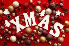Joyeux Noël Mot en bois de Noël avec le rouge et l'orna de babioles d'or image libre de droits