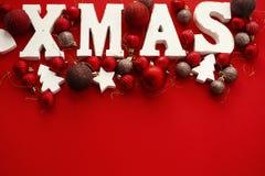 Joyeux Noël Mot en bois de Noël avec le rouge et l'orna de babioles d'or photographie stock