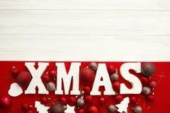 Joyeux Noël Mot en bois de Noël avec le rouge et l'orna de babioles d'or photo stock