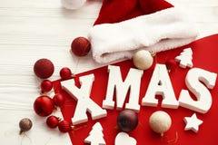 Joyeux Noël Mot en bois de Noël avec le rouge et les babioles d'or et image stock