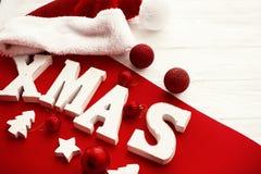 Joyeux Noël Mot en bois de Noël avec le rouge et les babioles d'or et images libres de droits