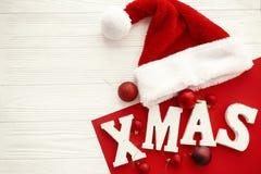 Joyeux Noël Mot en bois de Noël et babioles et chapeau rouges de Santa photo stock