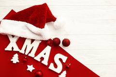 Joyeux Noël Mot en bois de Noël et babioles et chapeau rouges de Santa photos libres de droits