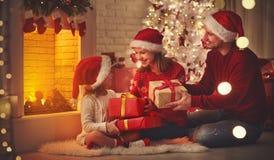 Joyeux Noël ! père et enfant heureux de mère de famille avec la magie images stock