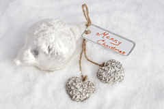Joyeux Noël sur la carte avec des coeurs Photo stock
