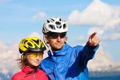 Joyful cyklister förbunde stående Arkivbild