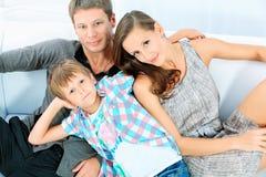 Joyful familj Arkivbild