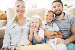 joyful familj royaltyfri foto