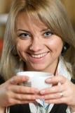 Joyful flicka med en kopp i henne händer Royaltyfria Foton