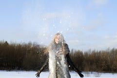 Joyful flicka som går i vinter Arkivfoto