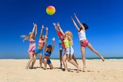 Joyful flickor som leker volleyboll royaltyfri foto