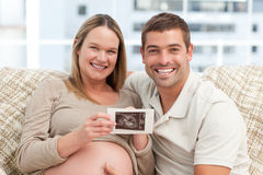 Joyful future parents looking at an echography Royalty Free Stock Photos
