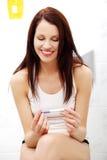 Joyful kvinna som ser graviditetstestet. royaltyfri fotografi