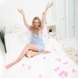Joyful kvinna som sprider valentinhjärtor Royaltyfri Bild