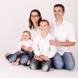 Joyful lycklig familj Royaltyfri Foto