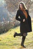 Joyful modellera att ha roligt utomhus- i parkera Royaltyfri Fotografi