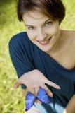 joyfull бабочки играя детенышей женщины Стоковое Фото
