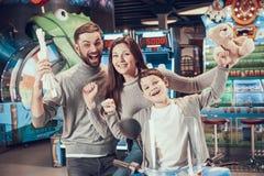 Joyfull familj i entertaimentmitt arkivbild