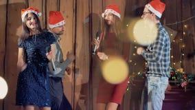Joyfullvrienden die hebbend pret bij betoverende Nieuwe de partij van jaarkerstmis het vieren vakantie dansen 4K stock videobeelden