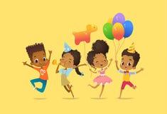 Joyous Afrikaans-Amerikaanse jongens en meisjes met de ballons en de verjaardagshoeden die gelukkig met hun omhoog handen springe vector illustratie