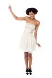 Joyous dana kvinnligt modellerar att peka uppåt arkivfoton