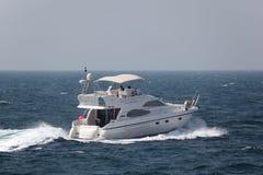 Joyride con un yacht di lusso del motore fotografia stock