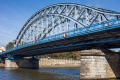Jozef Pilsudski Bridge auf Weichsel in Krakau stockbilder