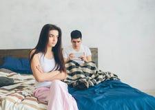 jpeg för eps-familjillustrationen grälar vektorn Grabben och flickan har starkt grälat Grabben har ett beroende på smartphonen Arkivbild