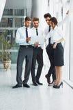 JPG + vektorabbildung Erfolgreiche Teilhaber besprechen Projekt lizenzfreies stockfoto