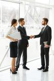 JPG + vektorabbildung Erfolgreicher Teilhaber, der Hände im Th rüttelt Lizenzfreies Stockbild